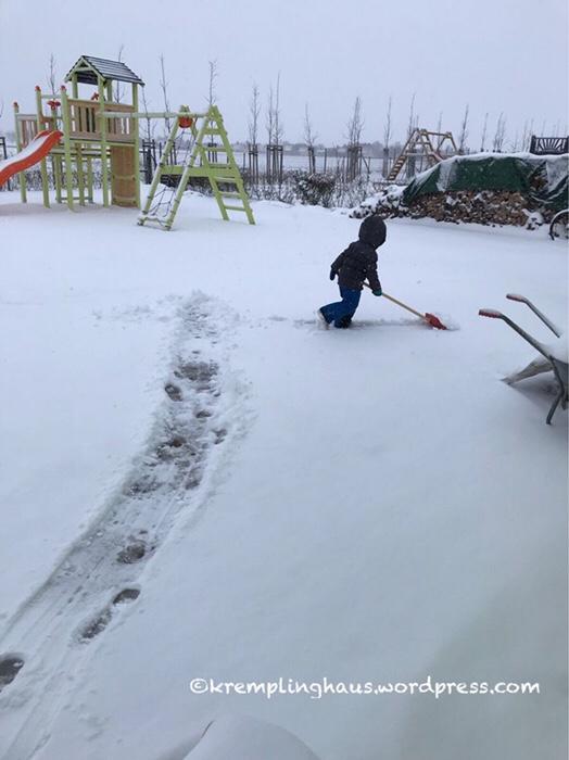 Winterfreuden, Schnee, Schlitten, Schnee schippen