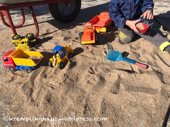 Sandspielzeug, Autos, Kinder spielen