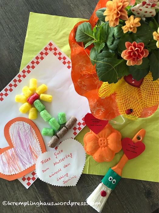 Die Kinder Basteln Im Kindergarten Geschenke Für Mama Und Papa