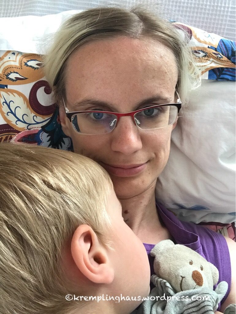 Mama kuschelt mit Kind
