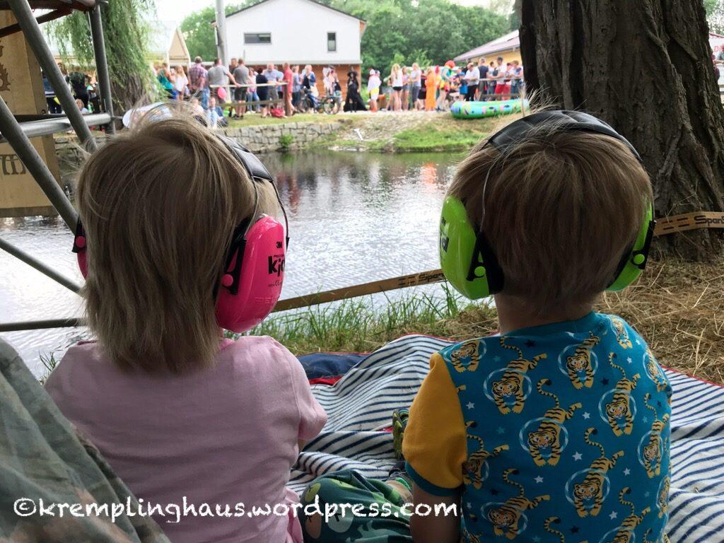 Wochenend-Ausflug: Kinder mit Gehörschutz schauen auf Teich