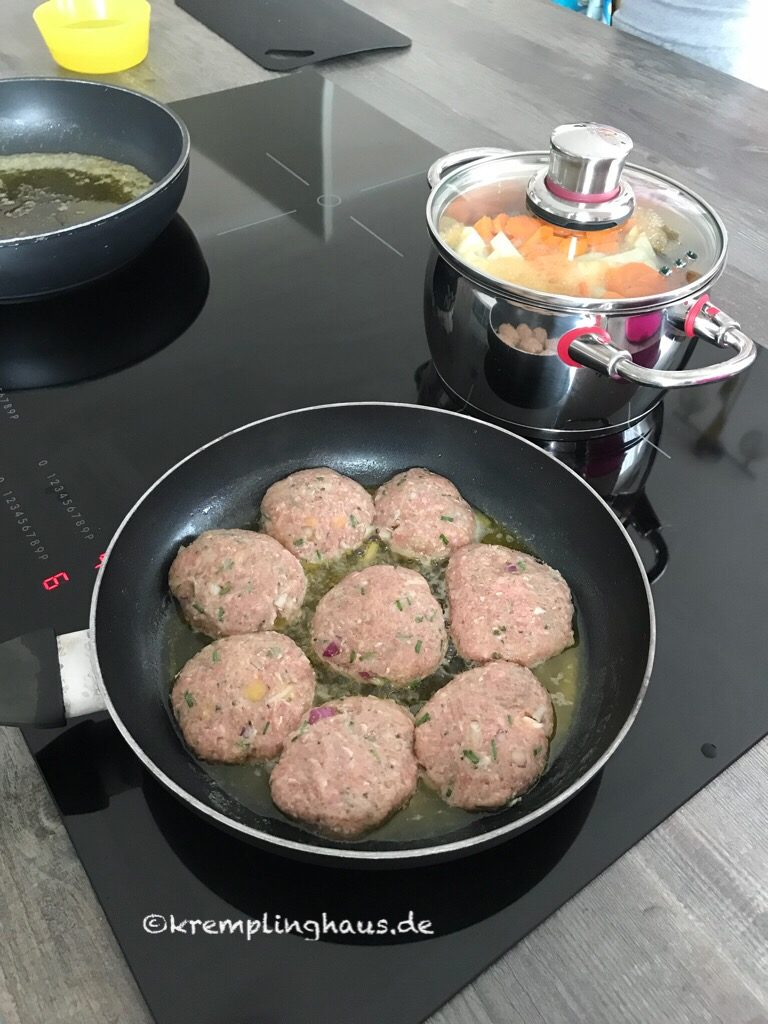 Pfanne mit Fleisch, Topf mit Gemüse drin