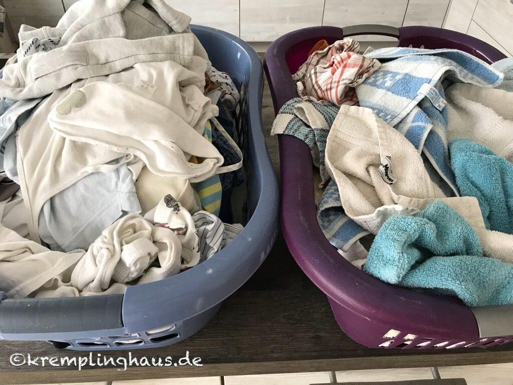 2 Körbe ungelegter Wäsche