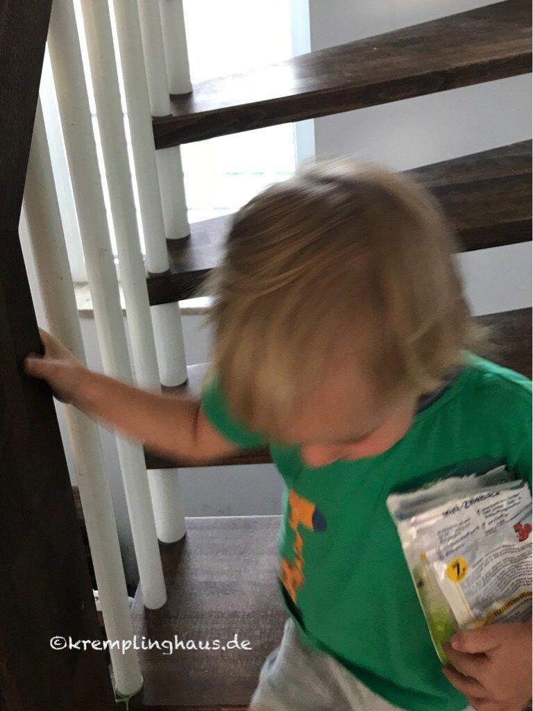 Kind auf Treppe