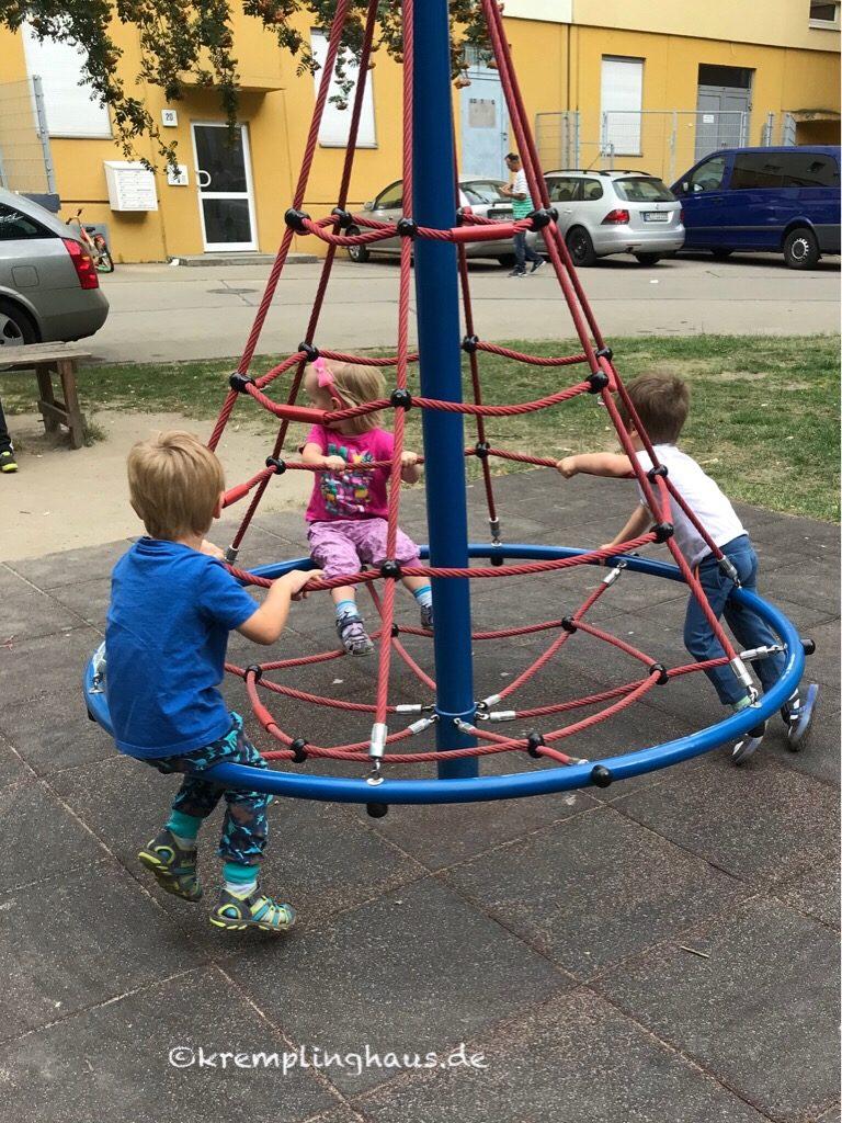 Kinder fahren Karussell