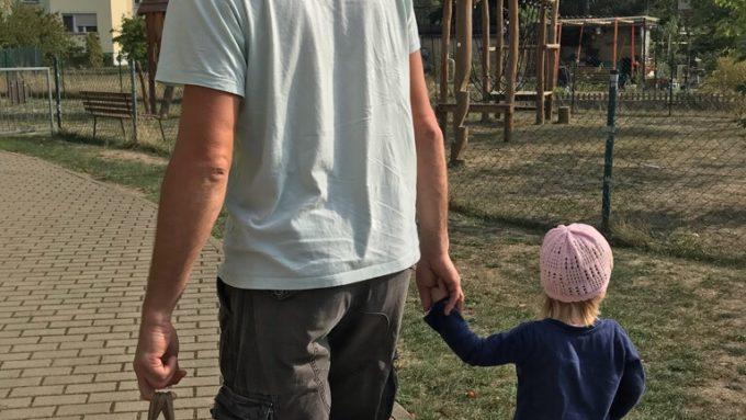 Mann und Kind Hand in Hand