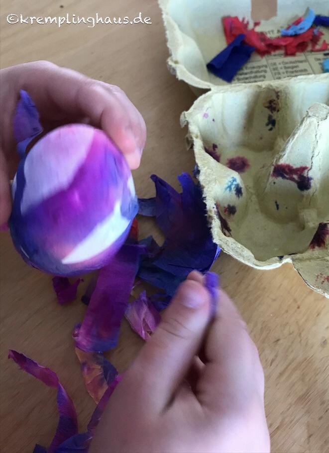 Trockenes Krepppapier vom Ei lösen