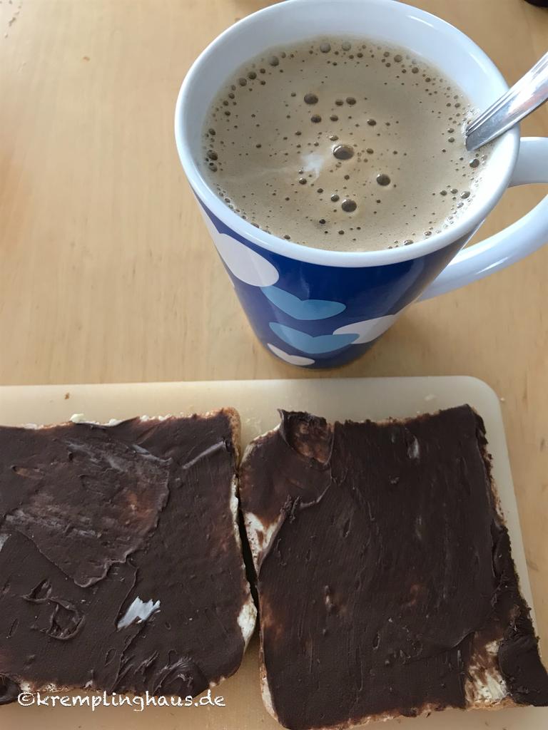 Tasse Kaffee und Schokotoast
