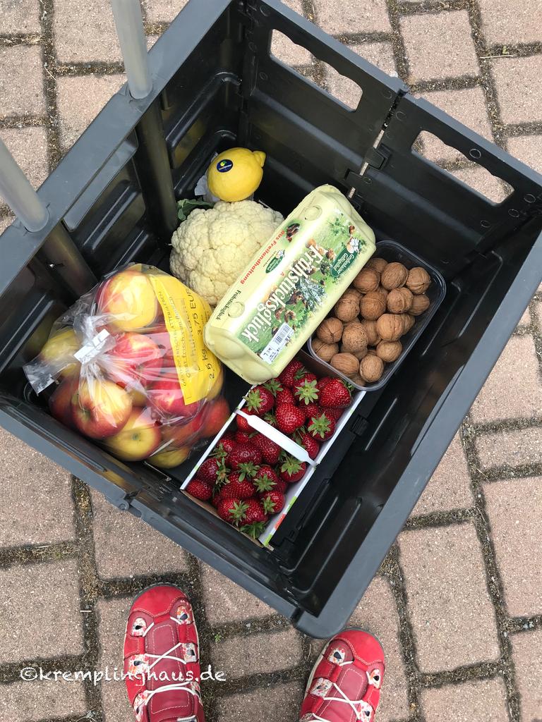 Obst und Gemüse mit Eiern in Kiste