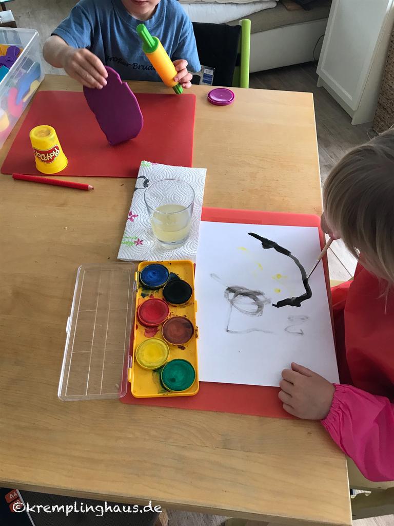 Kindern malen und kneten