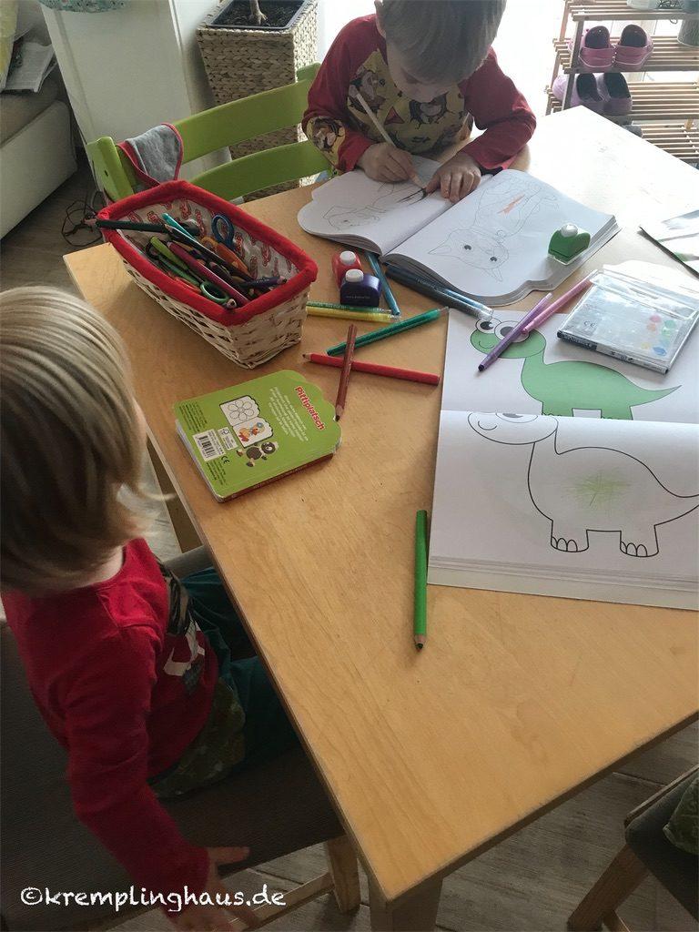 Kinder malen Bilder aus
