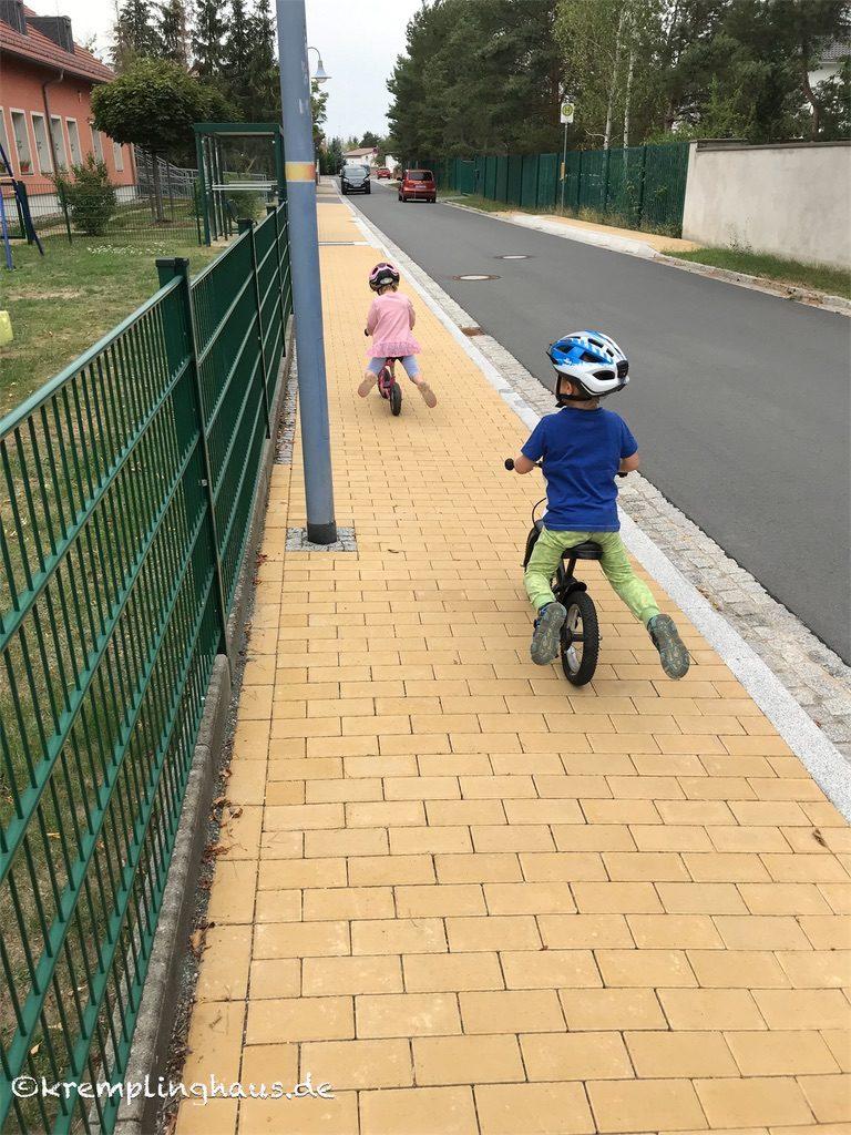 Kinder mit Laufrad