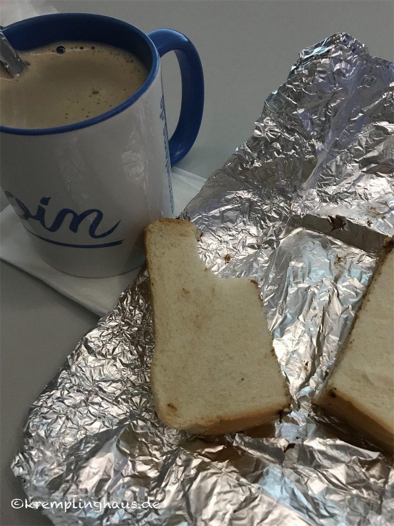 Auf Arbeit Kaffee trinken und Brot essen