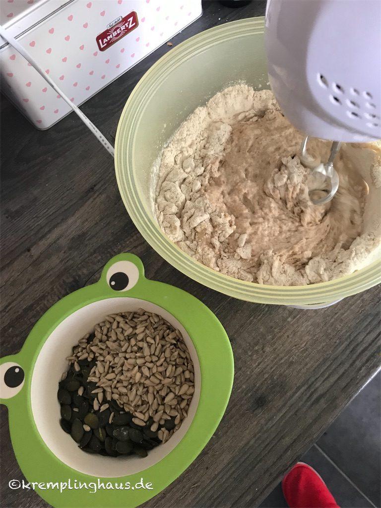 Brotteig aus Dinkelmehl zubereiten mit Kürbis- und Sonnenblumenkerne