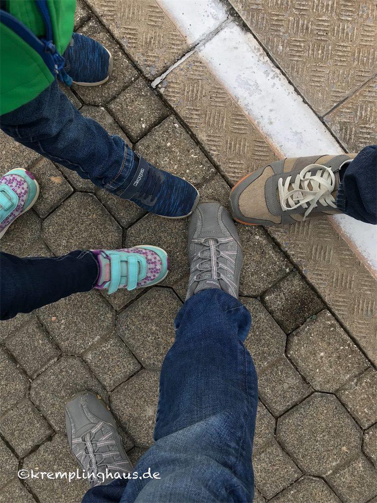 4 Füße mit Schuhen