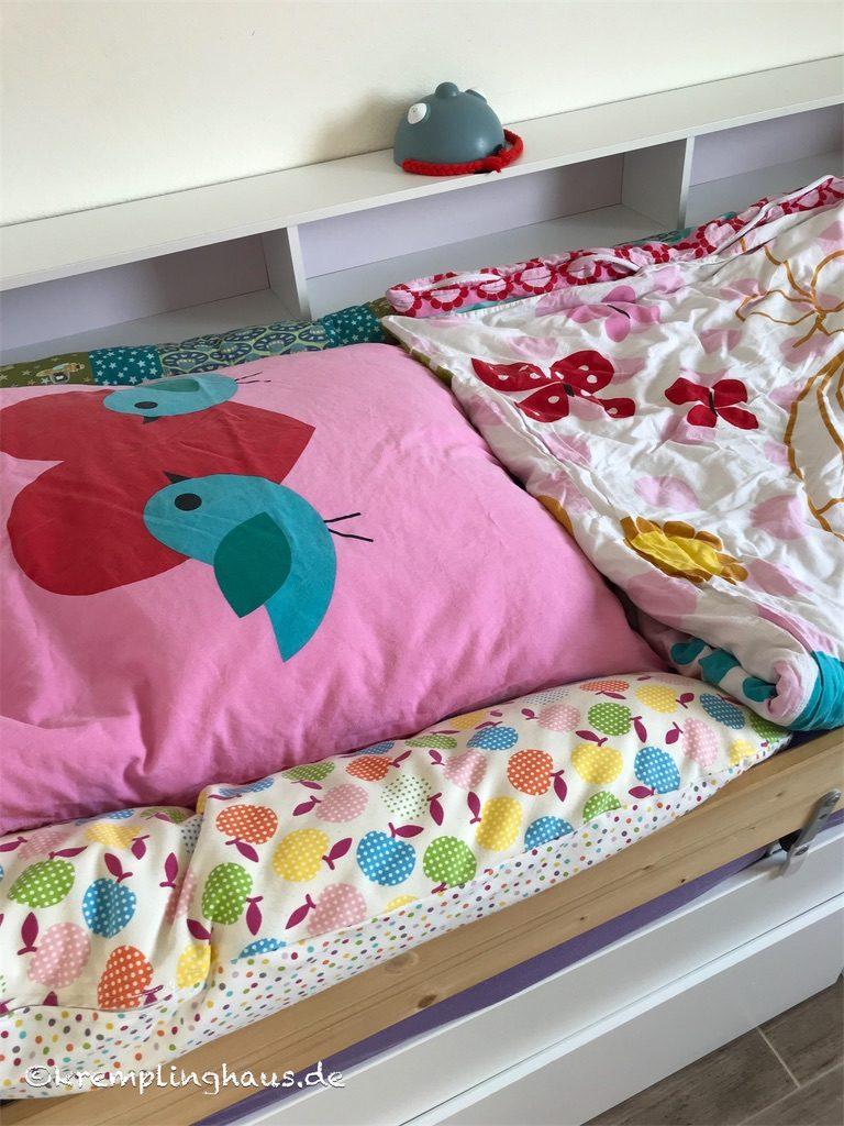 Bett mit frischer Bettwäsche