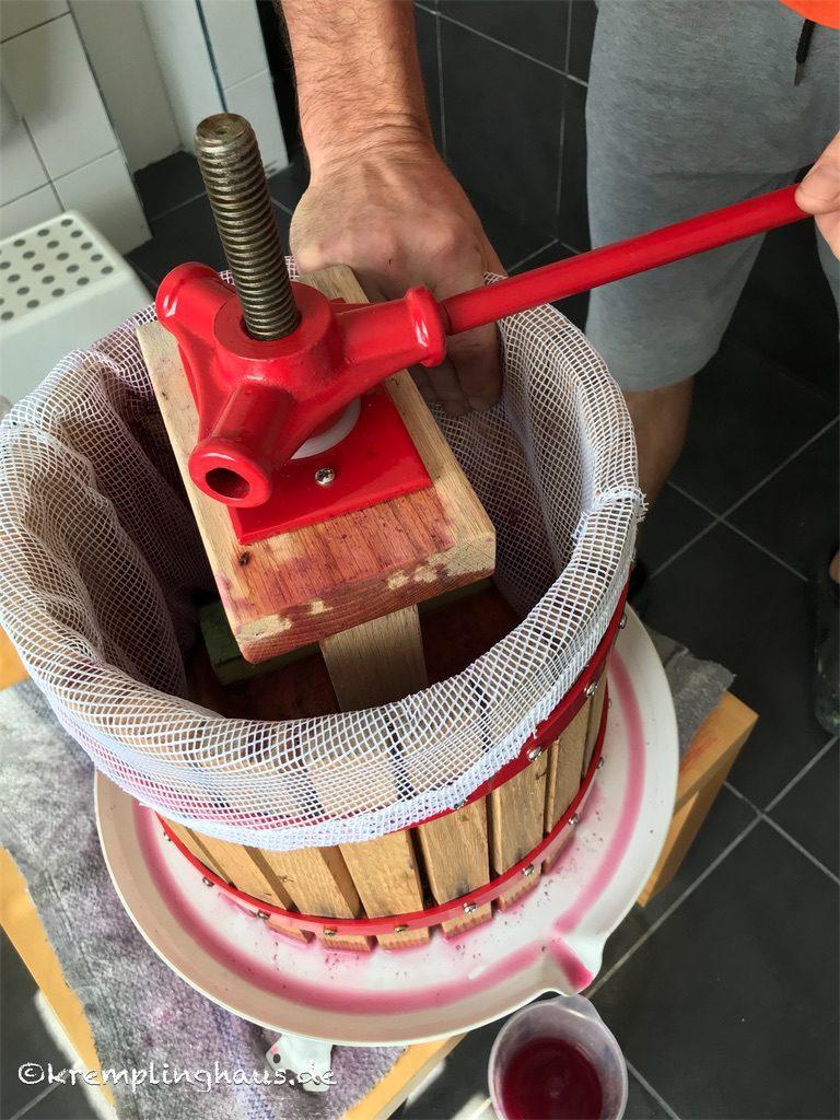 Wein pressen mit Obstpresse