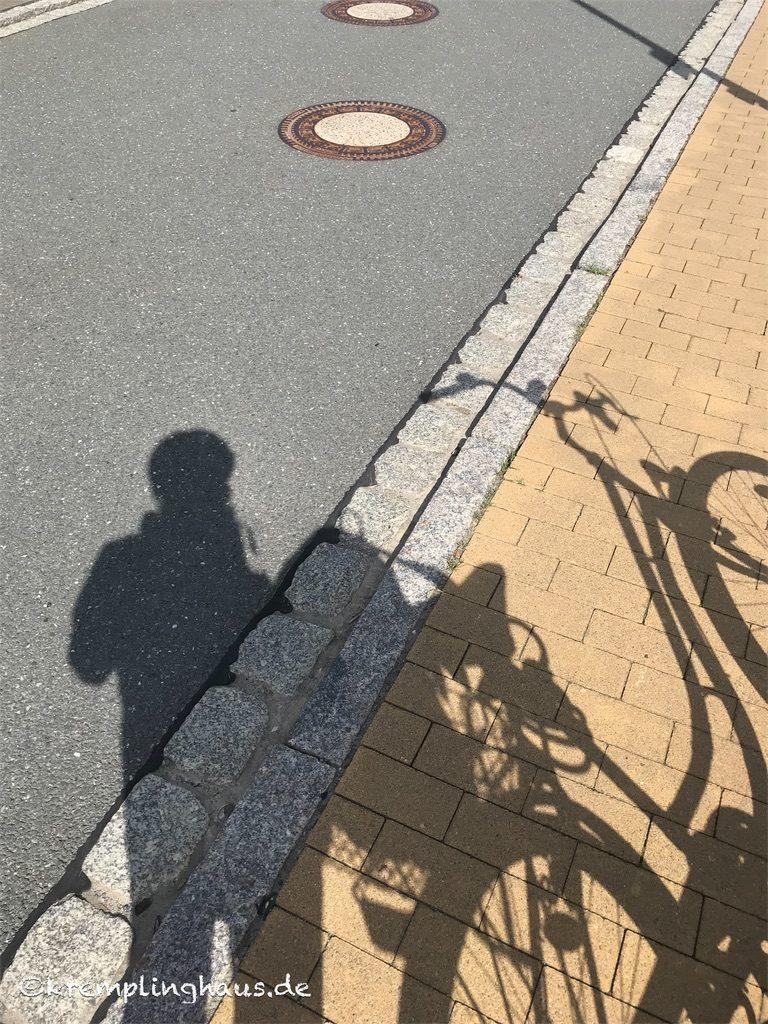 Schattenbild Frau mit Fahrrad