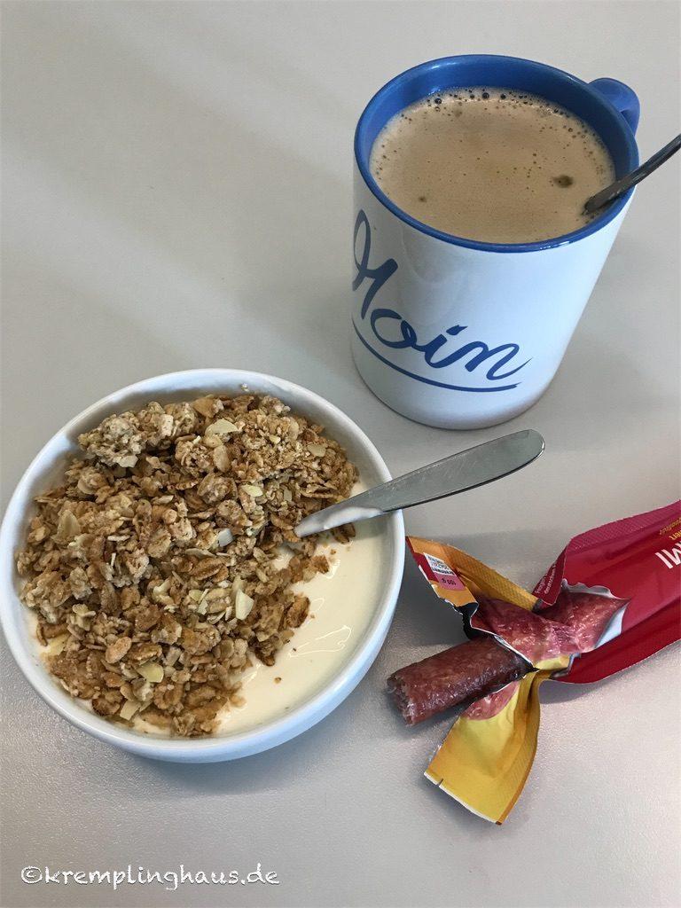 Frühstück mit Malzkaffee, Naturjogurt und Müsli,
