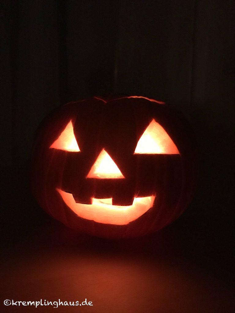 Fertiger Halloween Kürbis mit Licht im Dunkeln