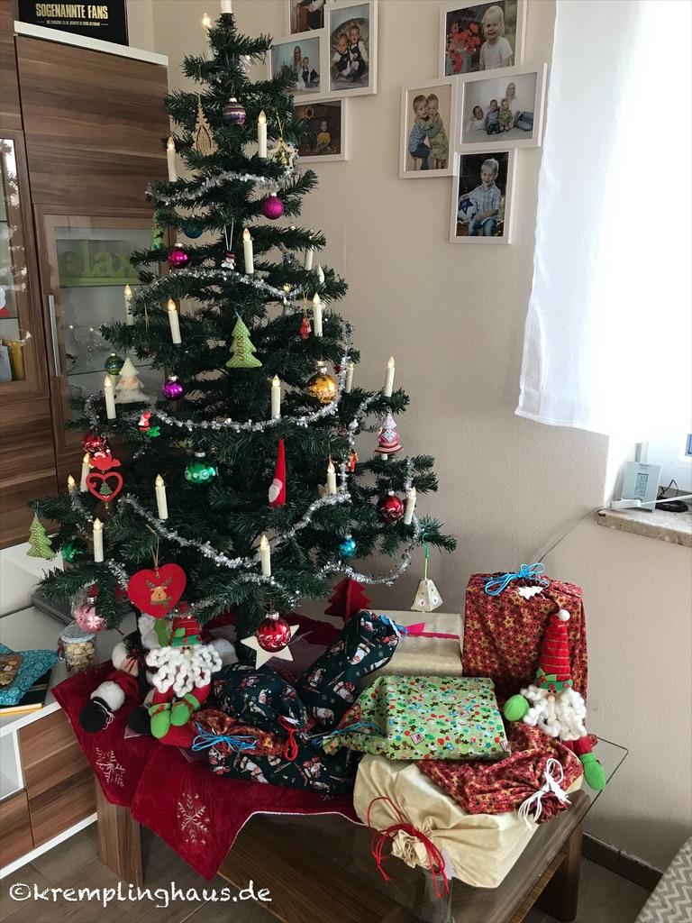 Weihnachten 2019  Weihnachtsbaum mit Geschenken