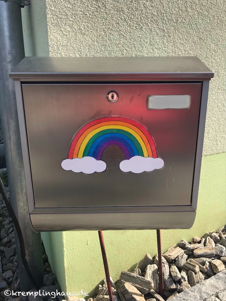 Regenbogen auf Briefkasten
