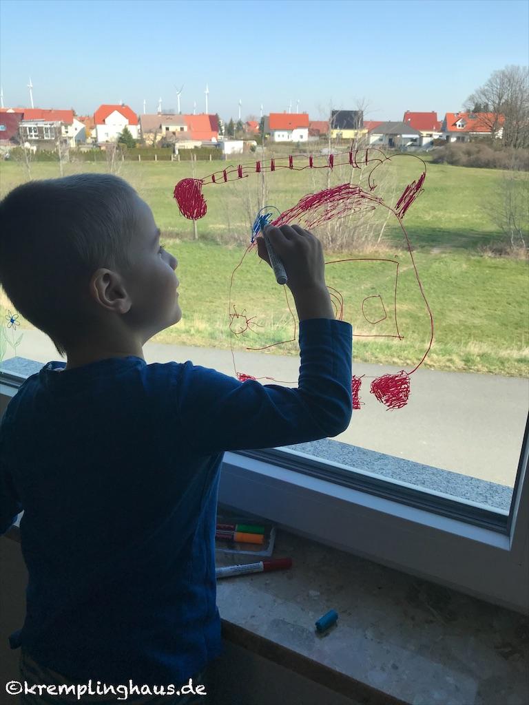 Fenster mit Kreidestiften anmalen
