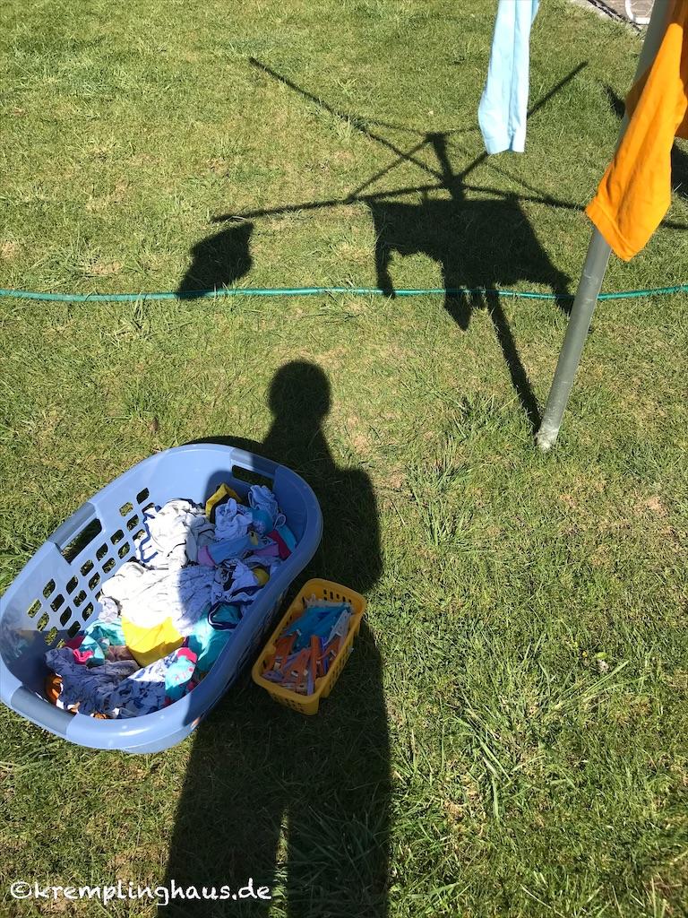 Wäsche aufhängen im Sonnenschein
