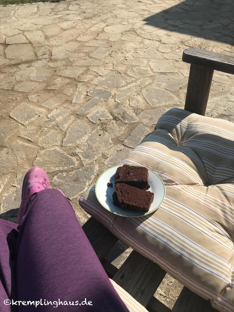 Kuchen in der Sonne essen
