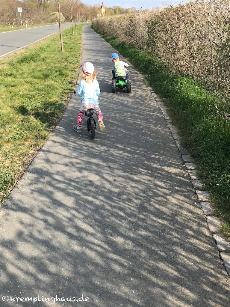Spaziergang mit Laufrad und Trettraktor