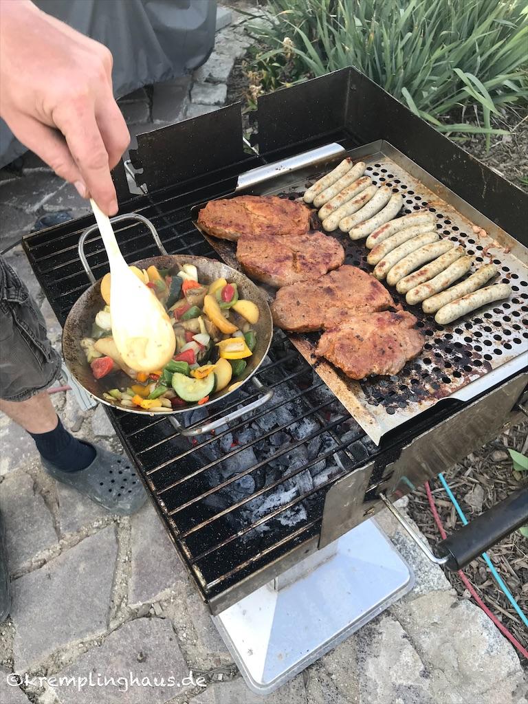 Fleisch, Würstchen und Gemüse grillen