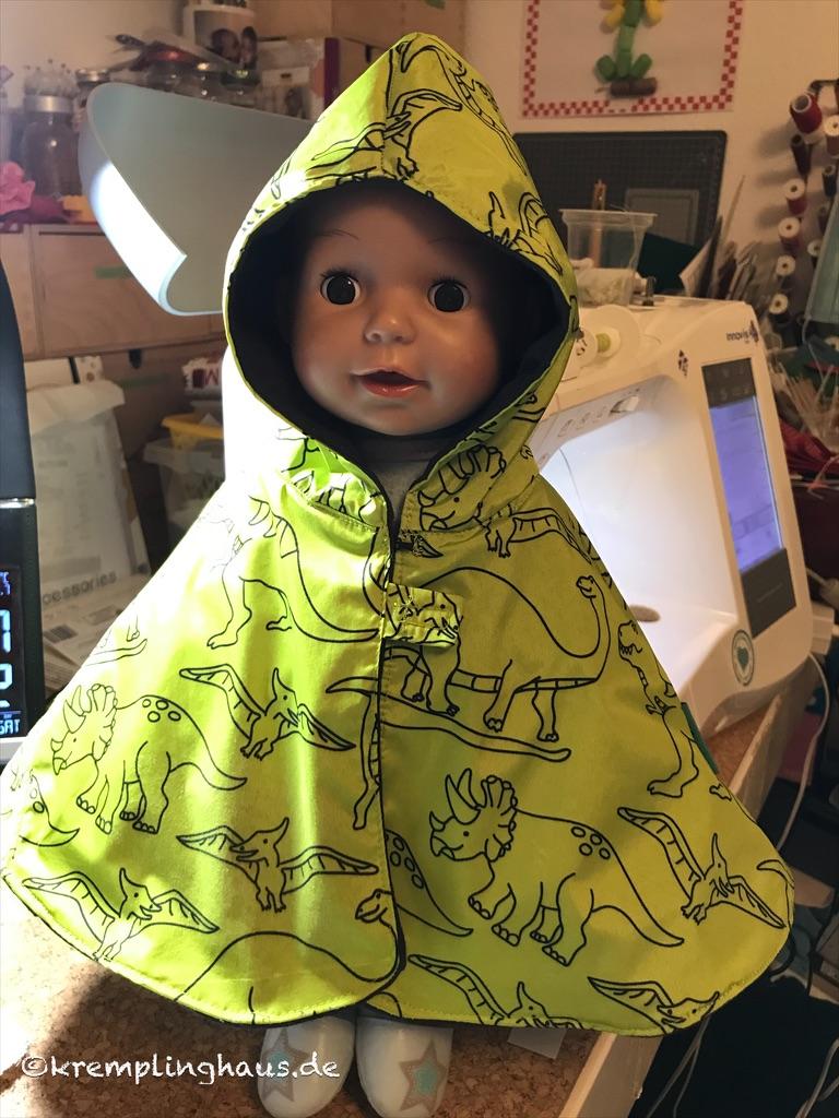 Puppe mit Regencape