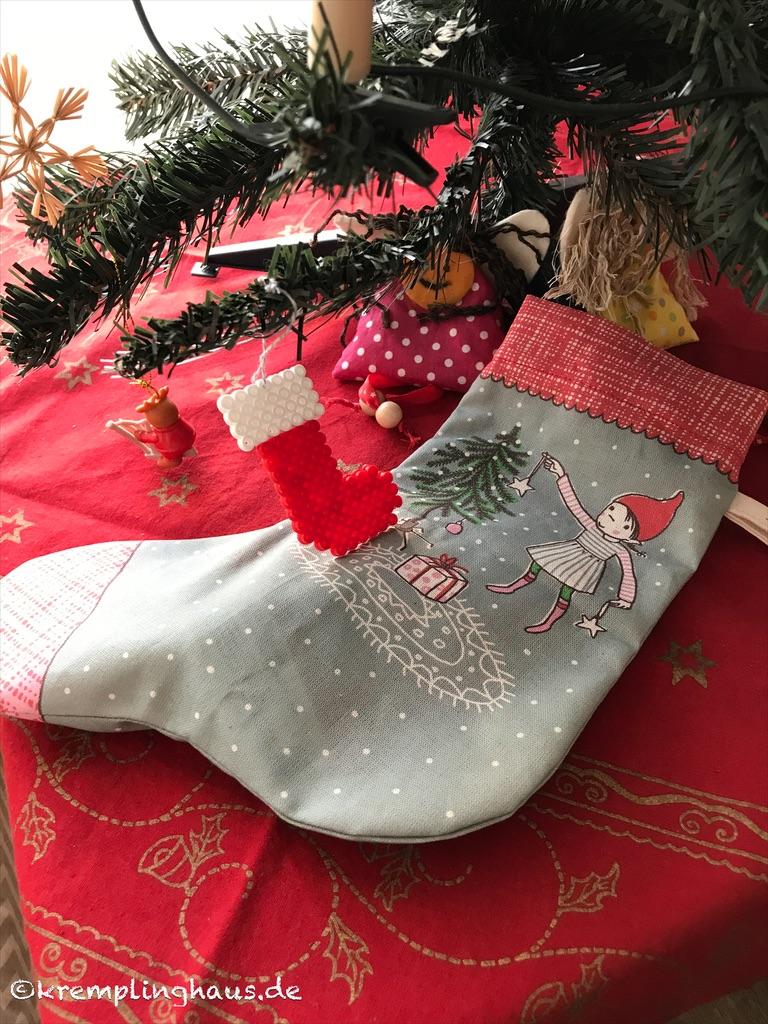 Nikolaussocke unterm Weihnachtsbaum
