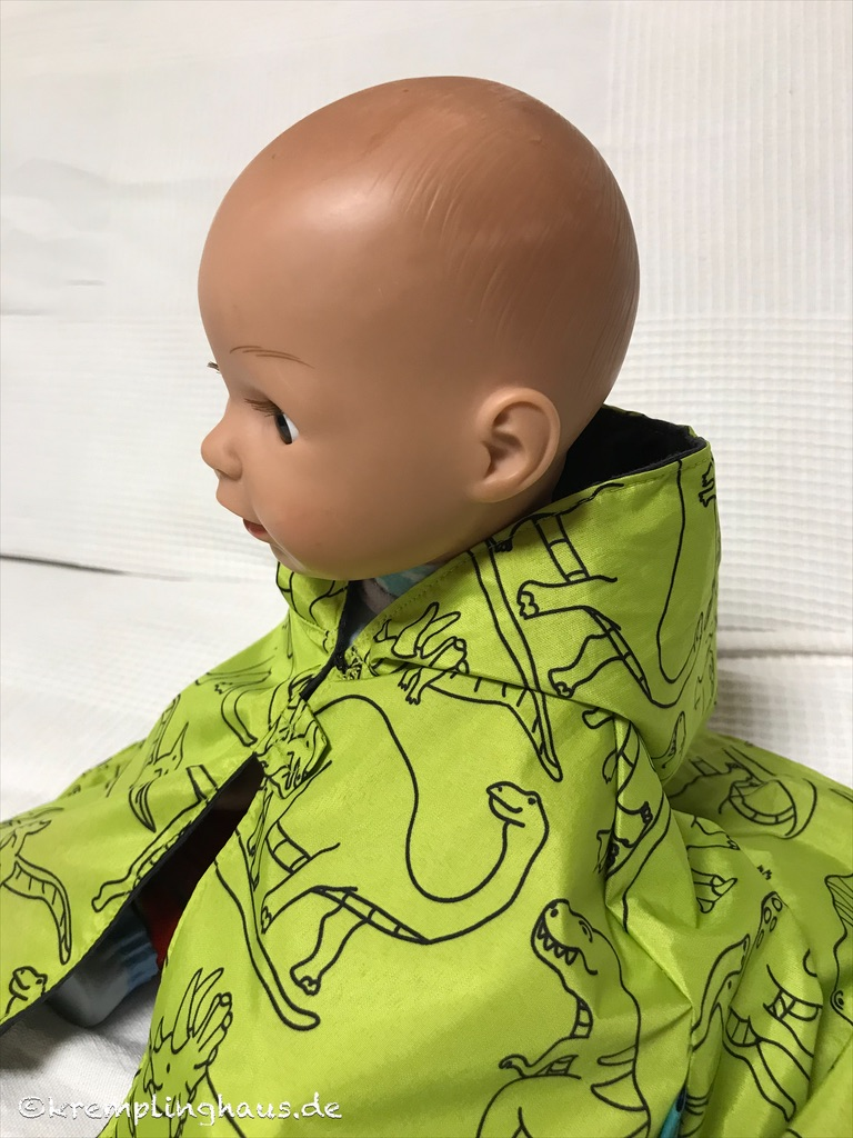 Puppe sitzend mit Kapuze