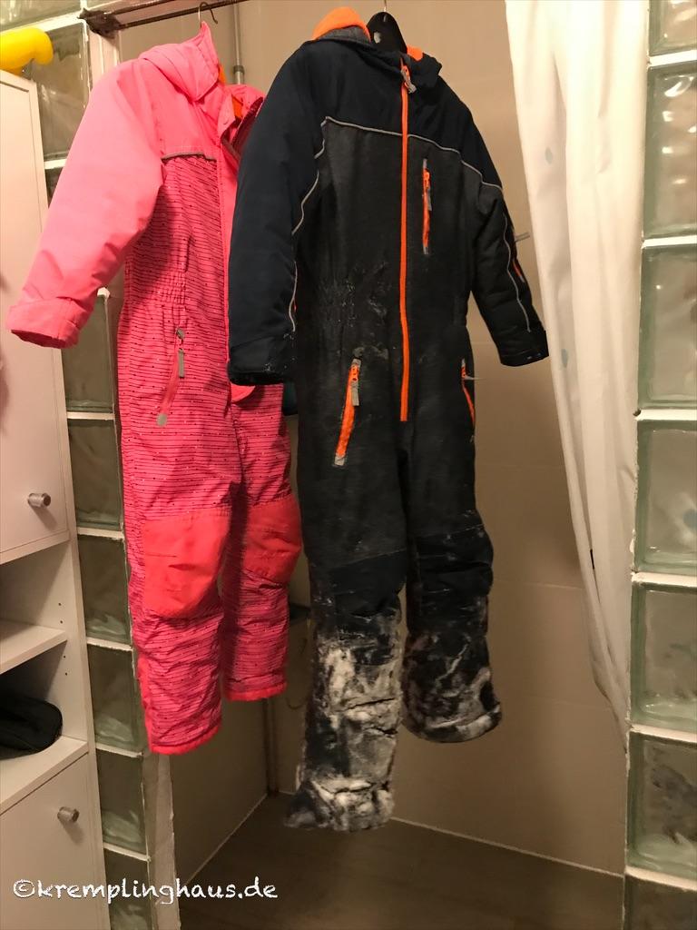 Nasse Skisachen hängen in der Dusche zum Trocknen