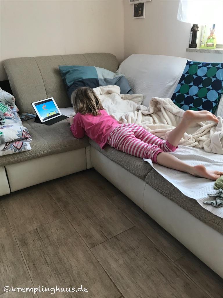 Kind auf Sofa liegend