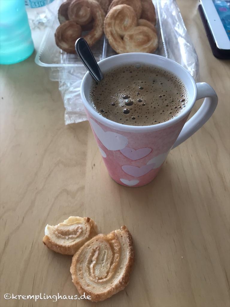 Tasse Kaffee und Gebäck