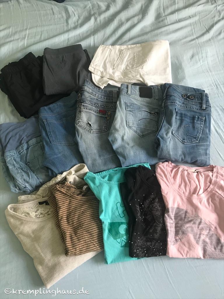 aussortierte Hosen und Shirts