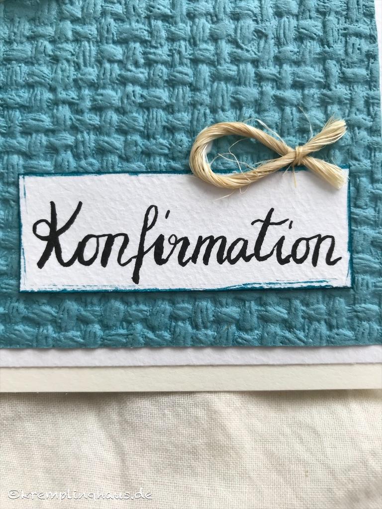Wort Konfirmation in Schönschrift auf weißem Schild und Fisch aus Sisalschnur auf türkisem Untergrund