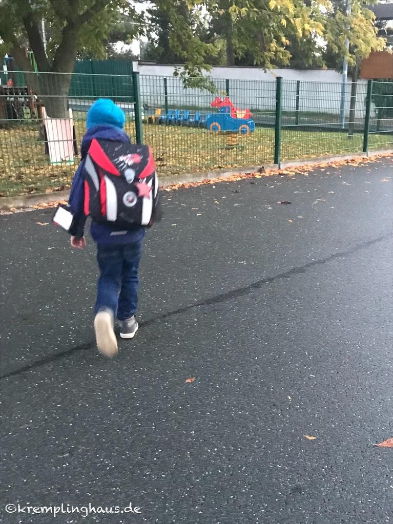 Schulkind auf dem Weg zum Bus